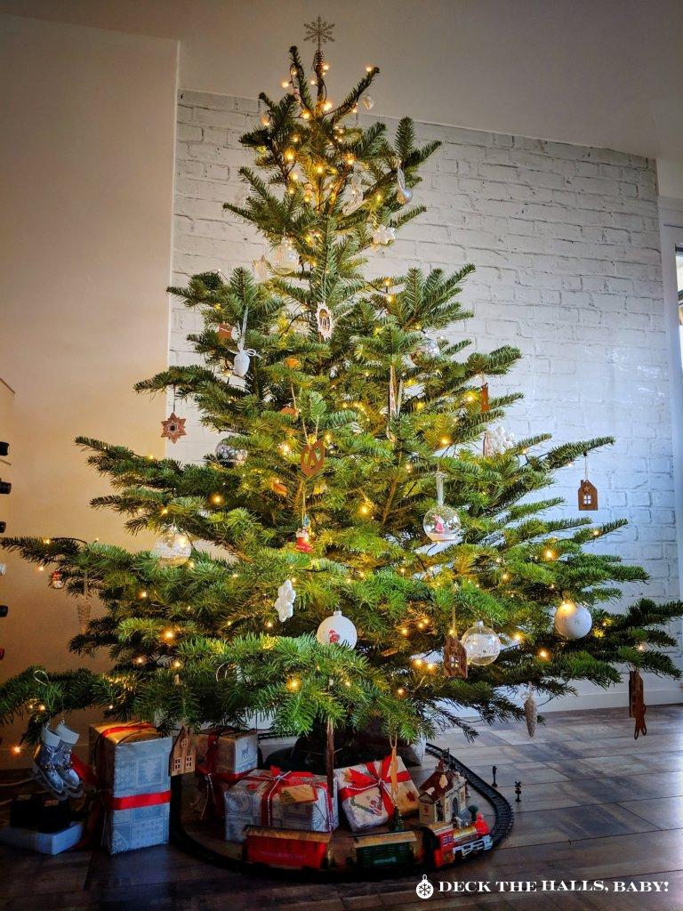 """Mein Weihnachtsbaum Variante 1 mit weniger Baumschmuck. CC BY-ND """"Deck the halls, Baby!"""""""